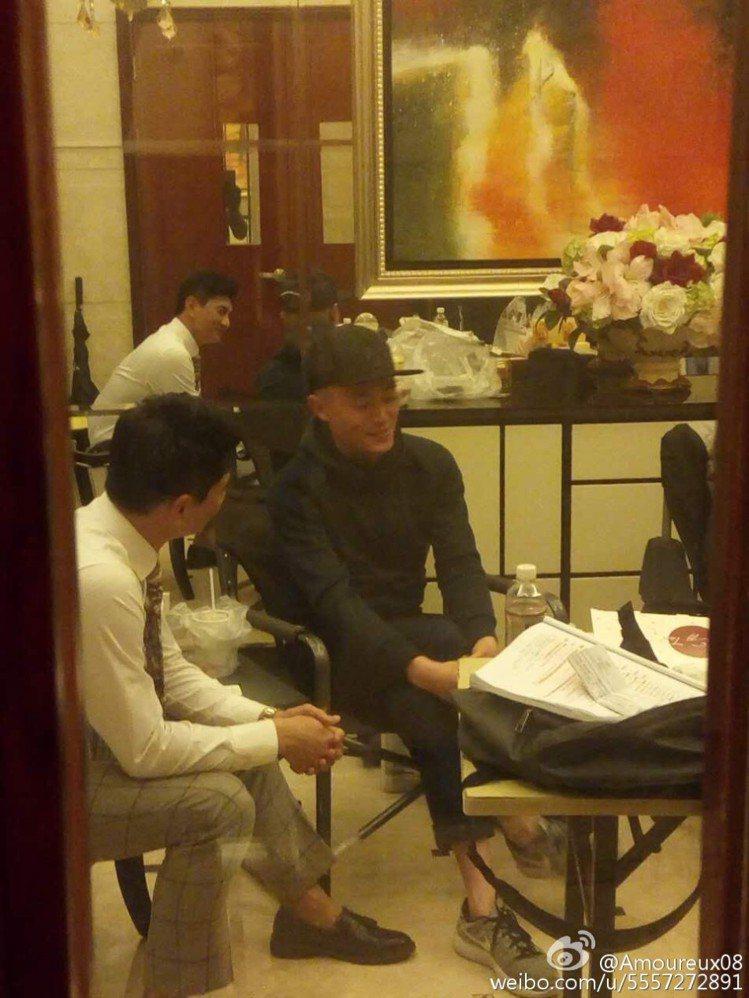霍建華(右)探班吳奇隆,兩人聊得十分愉快。圖/摘自amoureux08微博