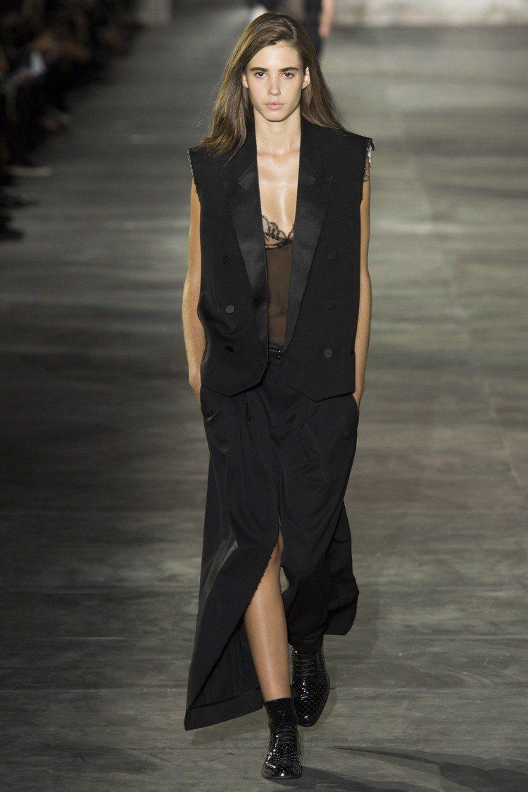 皮革、丹寧與蕾絲是Saint Laurent春夏材質元素。圖/美聯社