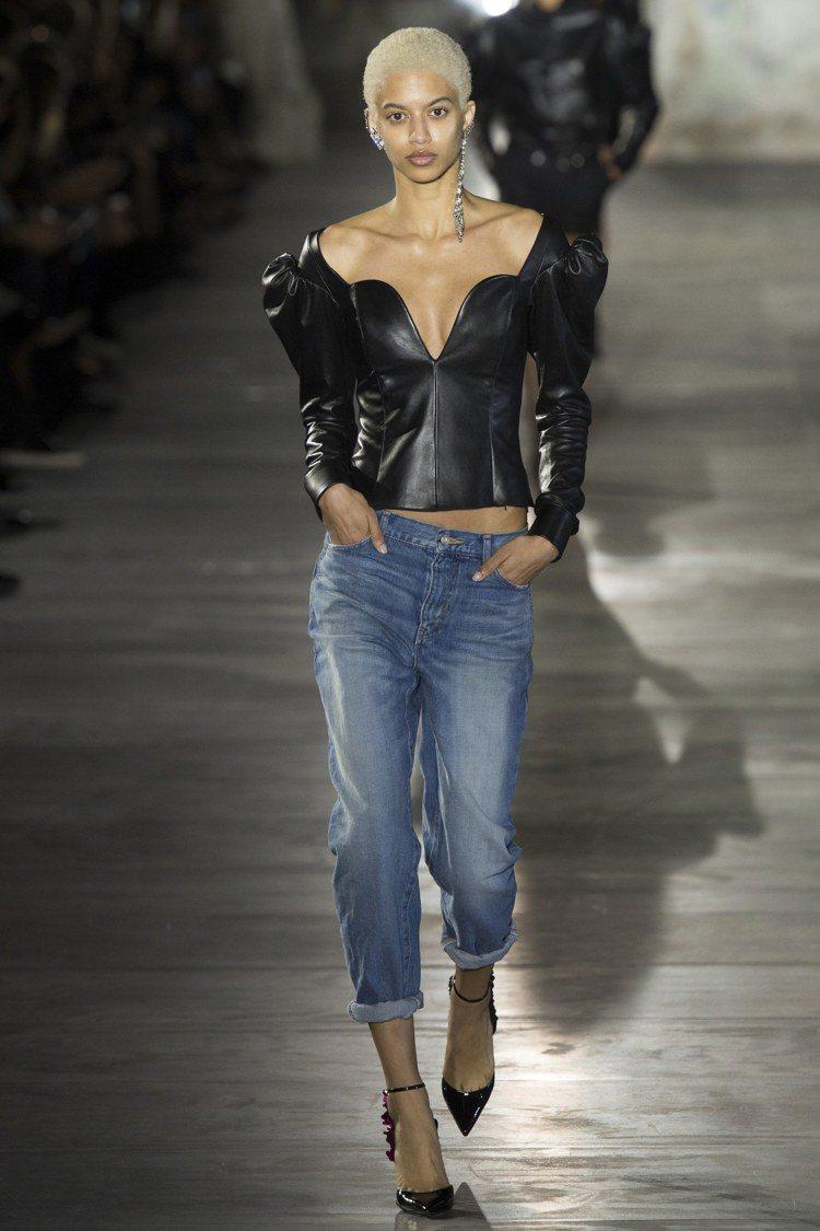 皮革材質的羊腿袖是2017春夏Saint Laurent標誌之一。圖/美聯社