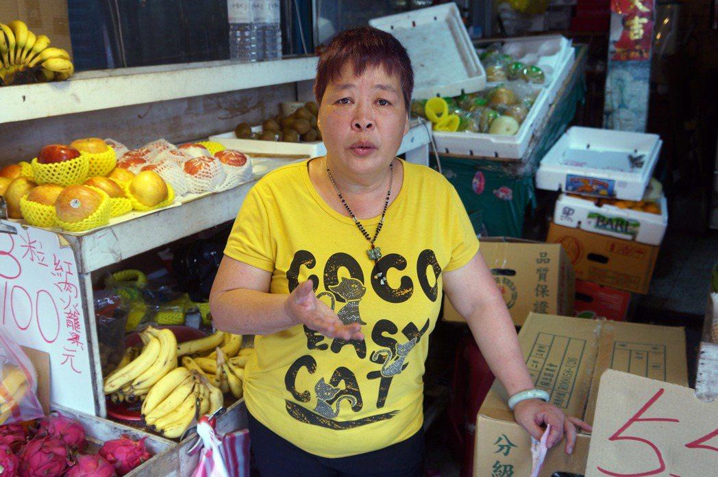 記者循線29日在景美區找到這名婦人,她其實是水果攤的老闆娘。中央社