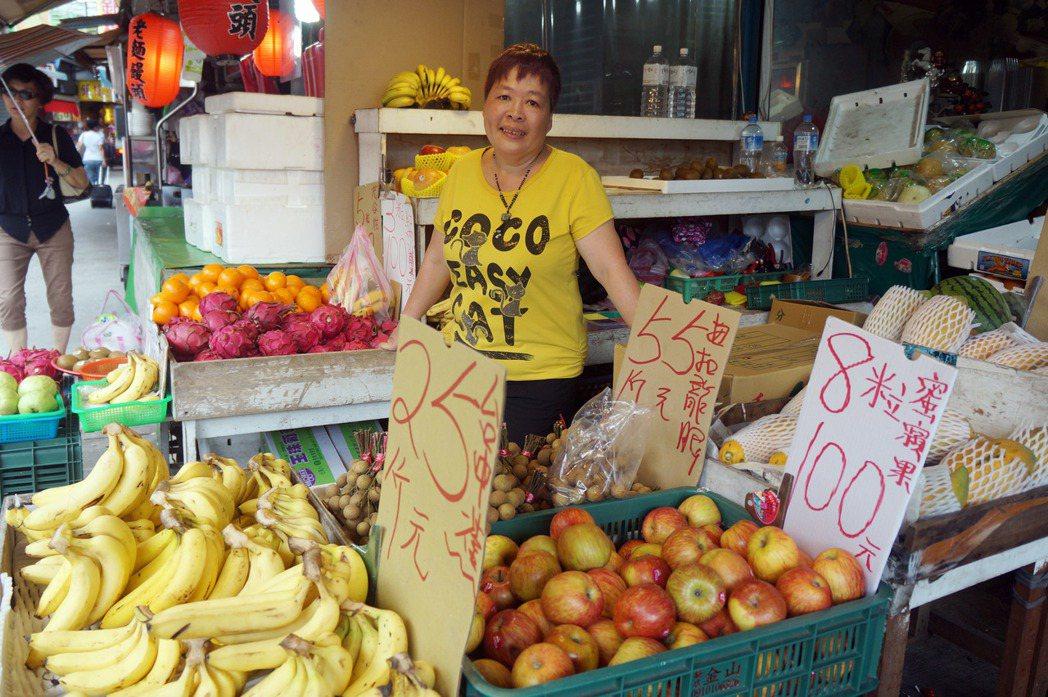 被美聯社拍下颱風天吃包子模樣的照片主角是在景美擺攤賣水果的老闆娘,在景美做生意超...