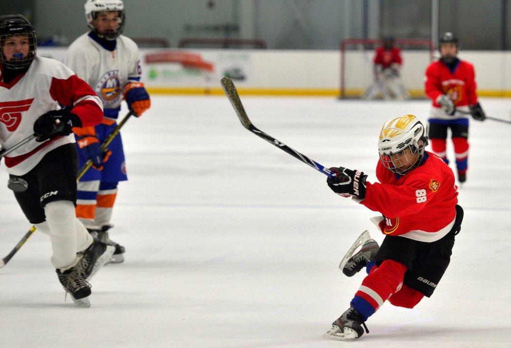 為磨練球技、提升水準,小球員輾轉前往美、加、德國等地的冰球青訓學院中深造。圖為2...