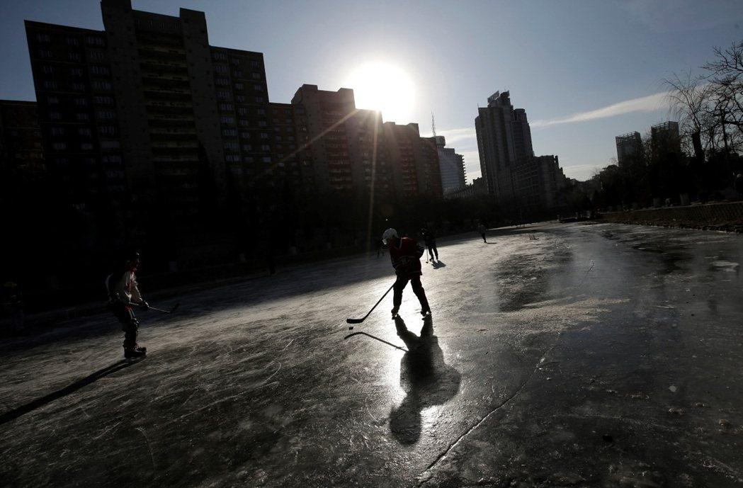 中國不乏適合冰球推廣的天然環境。圖為中國民眾正在北京結冰的亮馬河上打冰球。 圖/...