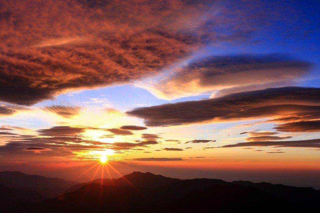 同樣長年封山的南一段,卑南主山的日出,美麗而自由。 圖/作者自攝