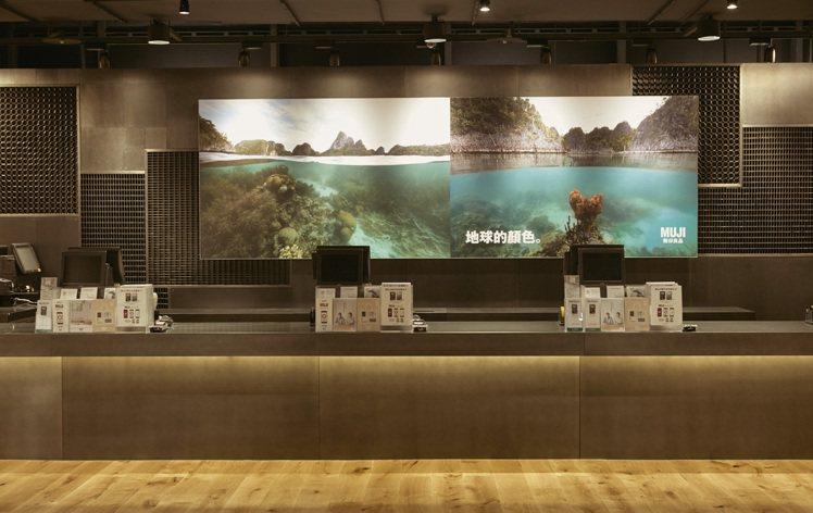MUJI台中旗艦店櫃台以鐵板製打造幾何紋樣。圖/MUJI提供