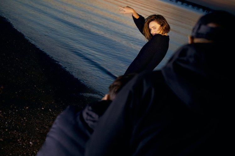 米蘭達柯爾拍攝MARELLA秋冬形象廣告的幕後花絮。圖/MARELLA提供