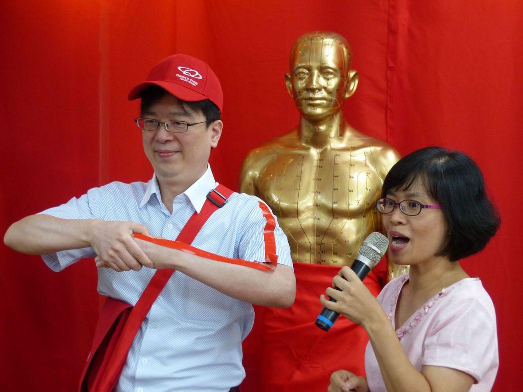 台中市中醫師公會透過短劇,教導學童按壓合谷穴。記者趙容萱/攝影