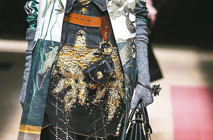 今年秋冬另類穿搭法,就是將手環、手鍊戴在袖子或手套上。 圖/Prada提供