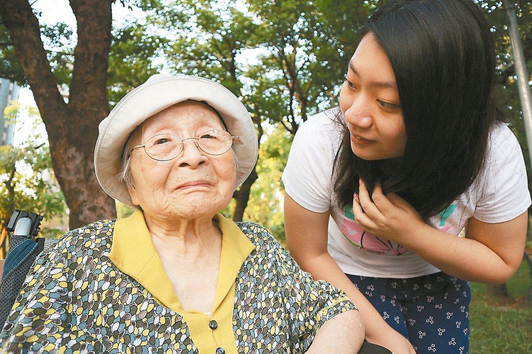 成立「奶奶很忙啦!」臉書粉絲團的金孫李蔚萱原是「奶粉」,她十五歲起獨力照顧失智奶...