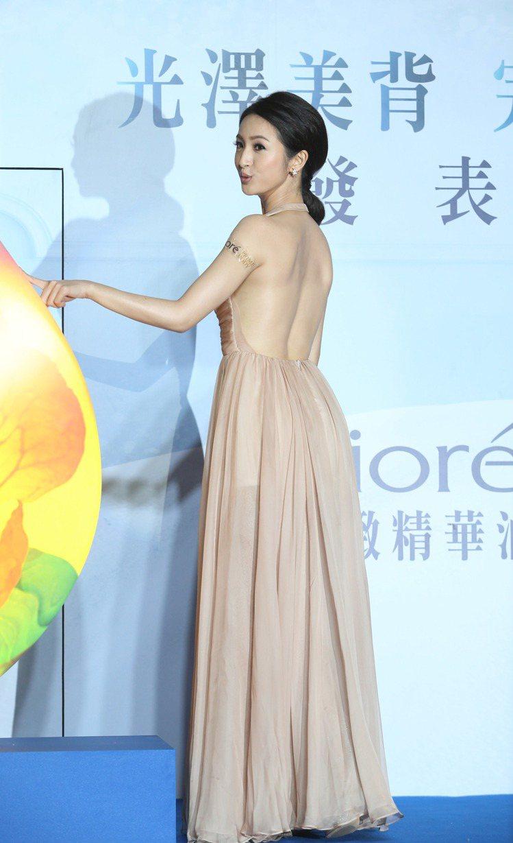 林依晨裸背為產品代言。記者陳瑞源/攝影