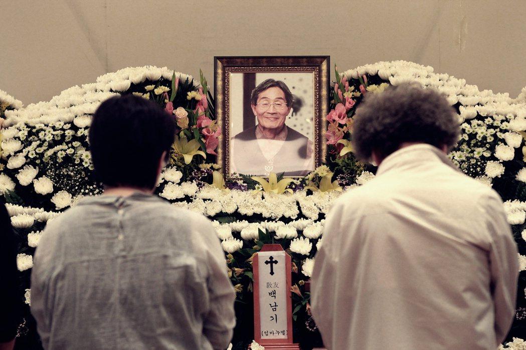 南韓怎麼了?當對抗水砲車的老人死了以後。圖為白南基老先生的靈堂。 圖/美聯社