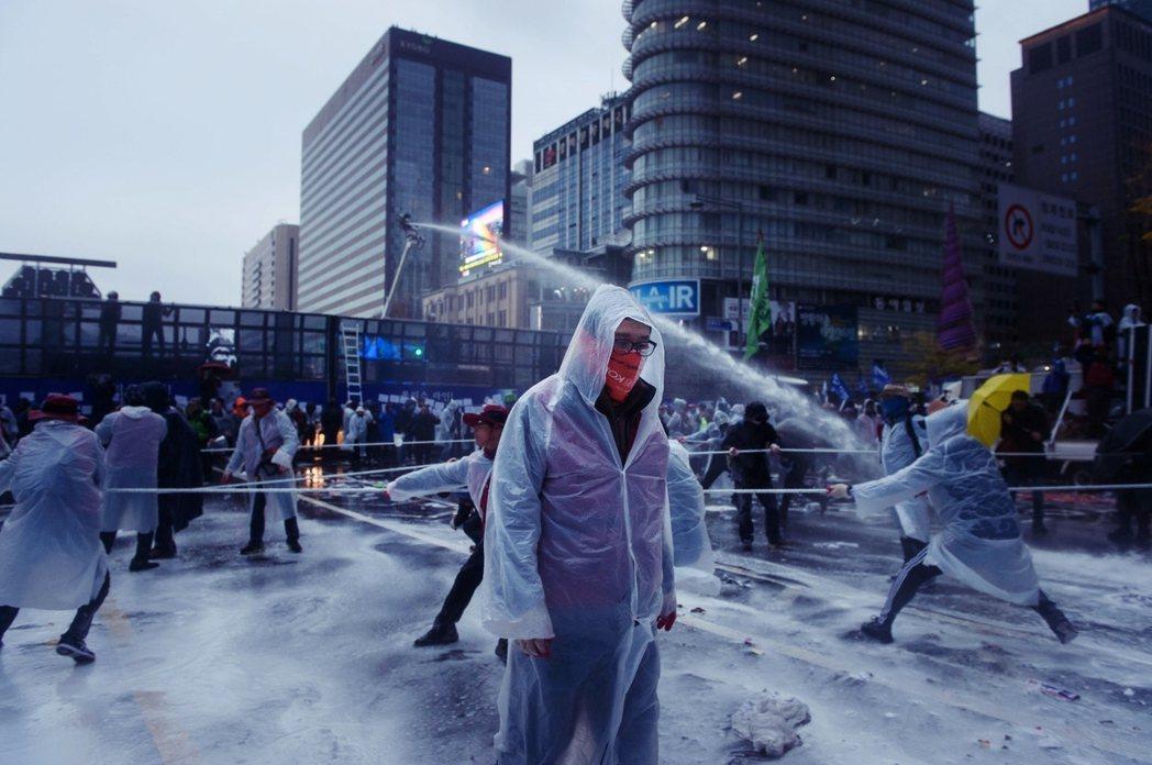 2015年11月14日,首爾。當民眾走上街頭抗議時,政府定調這是工會刻意煽動的暴...