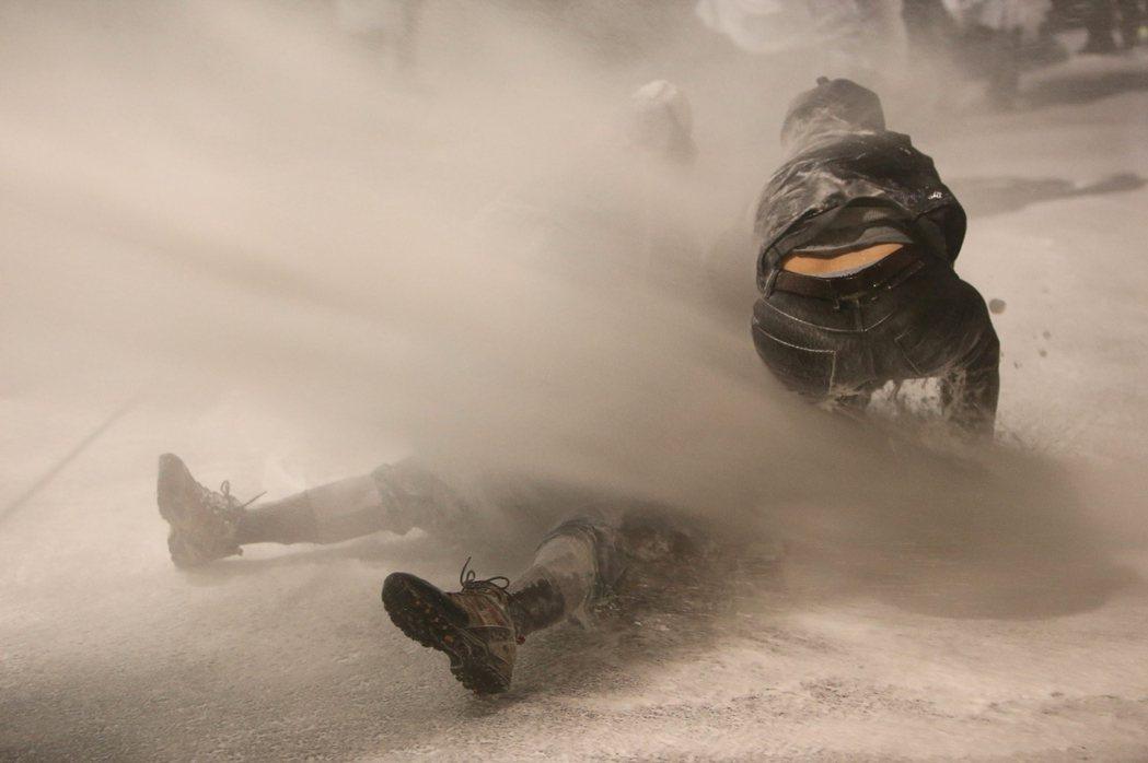 白南基被水柱沖倒後,警方並未收手,反而持續朝他的臉部與腦部噴射了5秒。發現白老先...