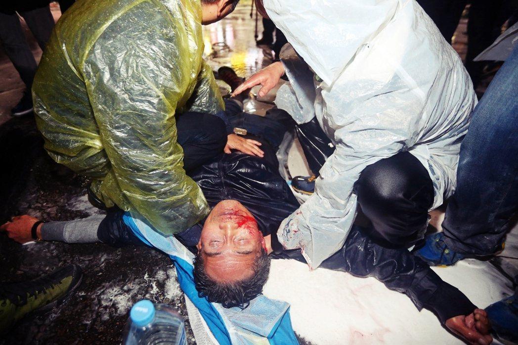 白老先生被送上救護車時,口鼻已流出鮮血,隨後送往首爾大學醫院,當時已因腦出血而陷...