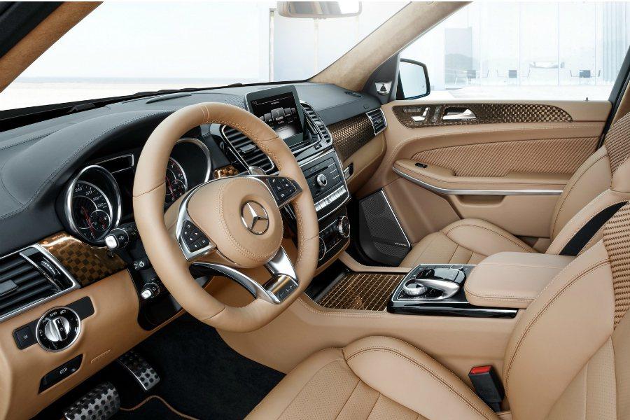 Brabus 將內裝換成全棕色真皮材質,並在碳纖維飾版內鑲嵌了象徵賽車終點線的方...
