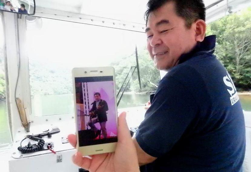 船公司老闆平良先生在當地是知名歌手,上個月曾來台灣擔任擔任沖繩觀光大使。 圖/作...
