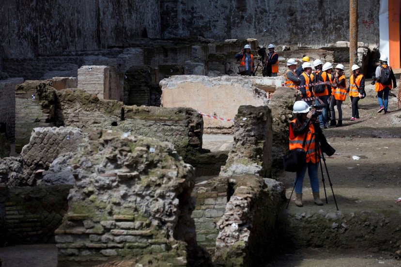 城市裡的古蹟未必只有自燃的下場。歷代統治者基於對羅馬城的豐富想像,不斷將過去與現...