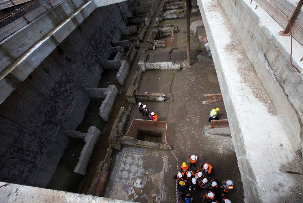大競技場南端的捷運工地,挖掘出西元2世紀的軍營遺跡,佔地約900平方公尺,裡頭有...