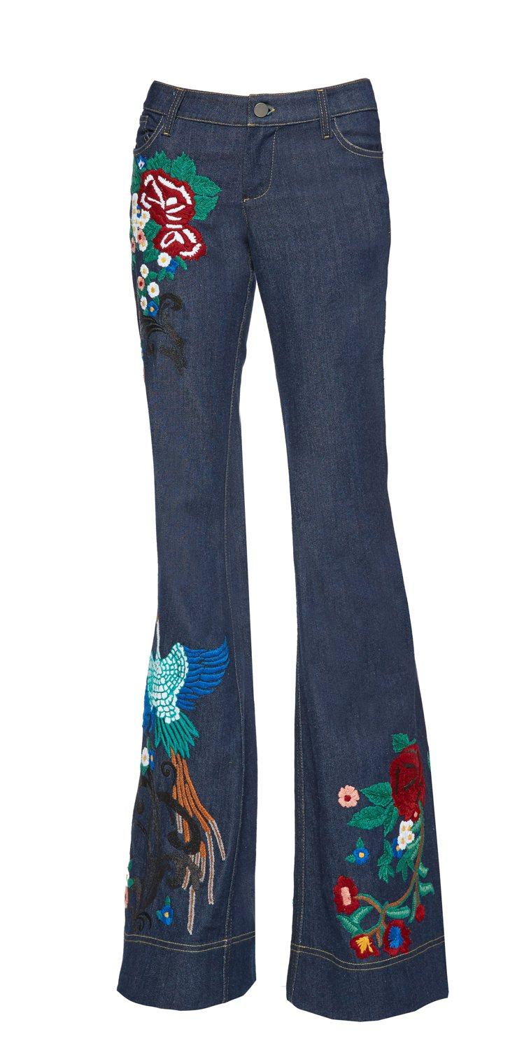 色彩繽紛的刺繡花鳥圖騰妝點70年代風格喇叭褲。圖/Alice+Olivia提供