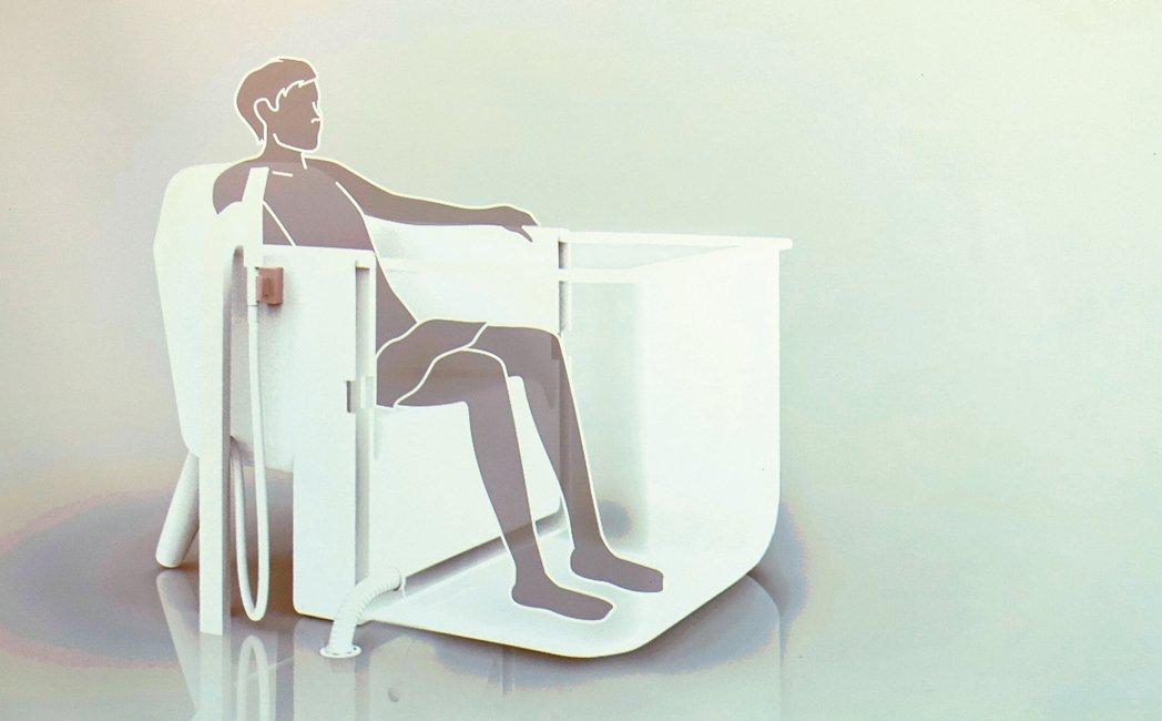 雲科大碩士生許姿屏設計的「Bath Chair」,能變身成個人浴缸,小小空間就能...
