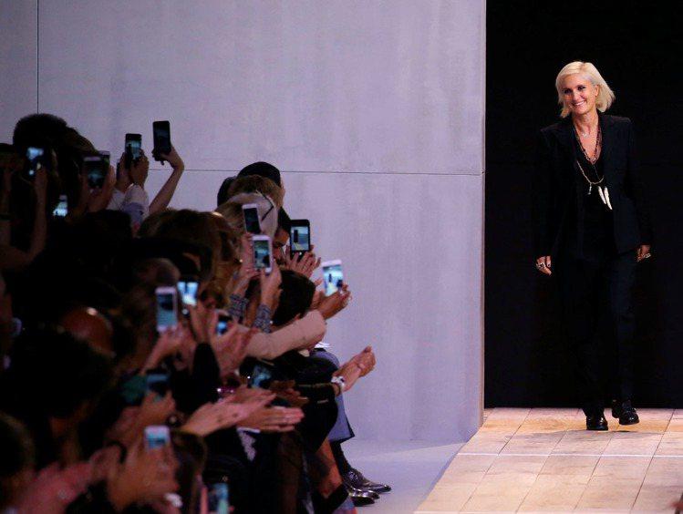 Maria Grazia Chiuri是Dior首位女性設計師,透過專屬女性的思...