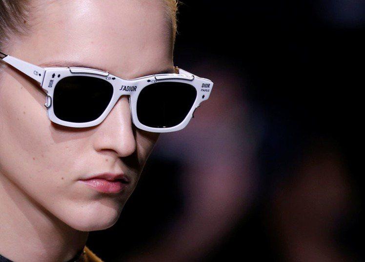 以品牌logo與經典標語裝飾的眼鏡。圖/路透