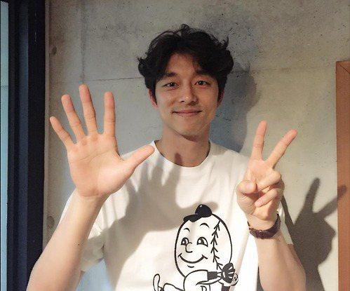 新片「密探」在韓國大賣,演員孔劉擺出「7」的手勢,代表「幸運7」。圖/摘自網路
