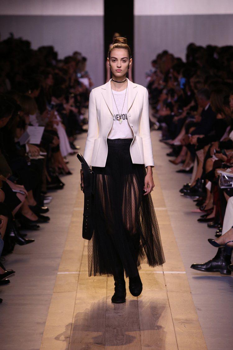 春夏系列中處處可見logo、標語式的裝飾與細節。圖/Dior提供