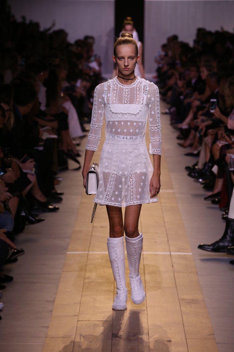 蕾絲元素與運動風長靴展現「混搭」趣味。圖/Dior提供