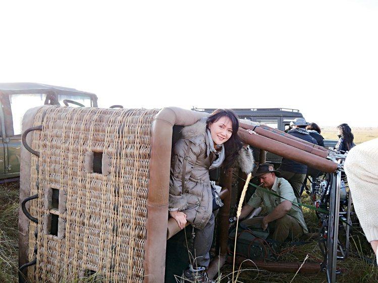梁旅珠在肯亞體驗高空熱氣球後,「優雅」地爬出籃子。圖/天下文化提供
