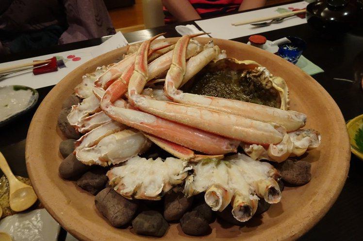 來到「蟋蟀樓」等以食材著稱的湯宿,可以享受穿浴衣吃懷石的輕鬆自在。圖/天下文化提...