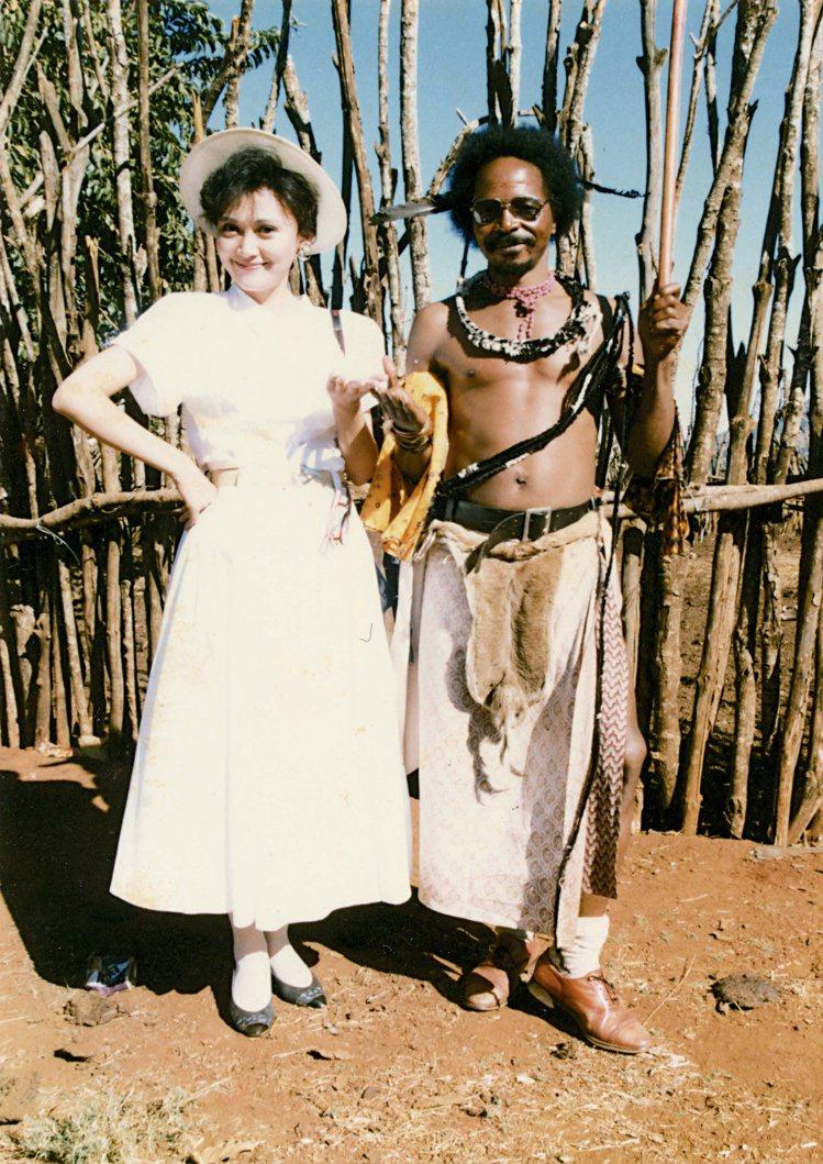 1987年梁旅珠因主持電視節目「世界真奇妙」在史瓦濟蘭與當地官員合影。圖/天下文...