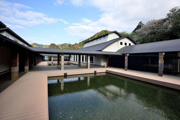 「富岳群青」可觀賞戶外的山海景觀。圖/天下文化提供
