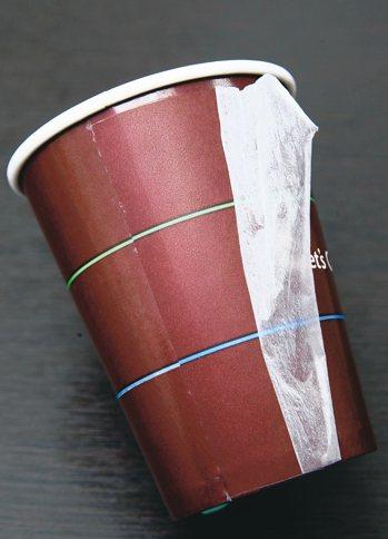 圖騰墨內紙杯是印刷後再額外用PP淋膜包覆水墨,可以完全阻絕接觸水墨。