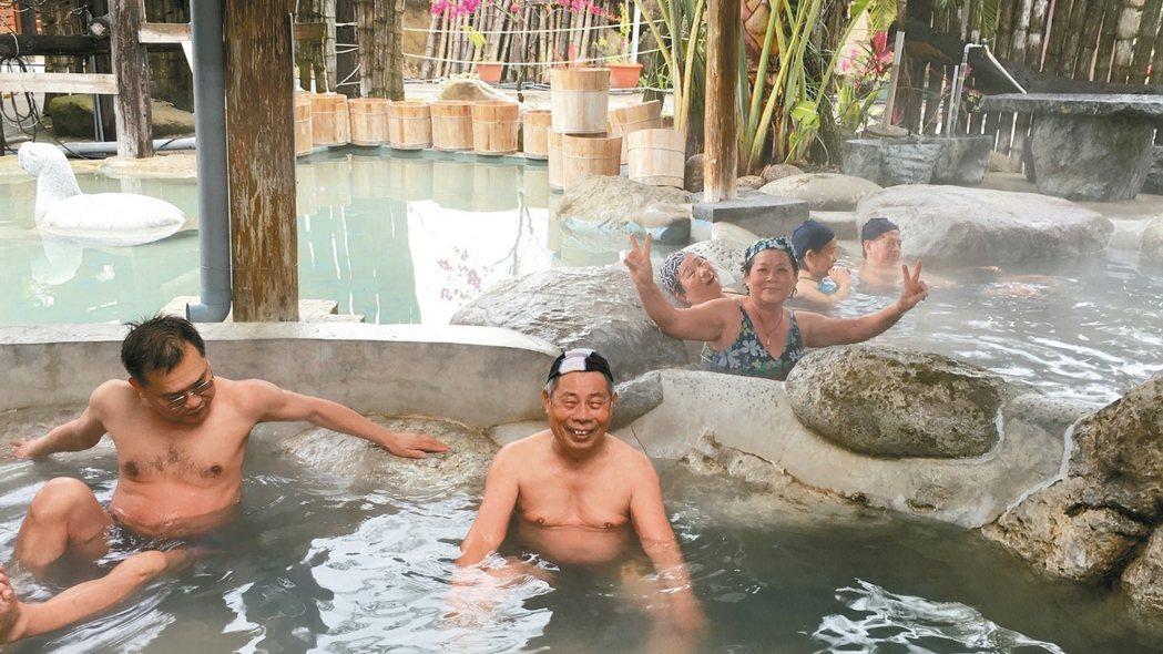 洗熱水澡或泡溫泉不宜超過15分鐘,且水溫不宜高過40度。 報系資料照