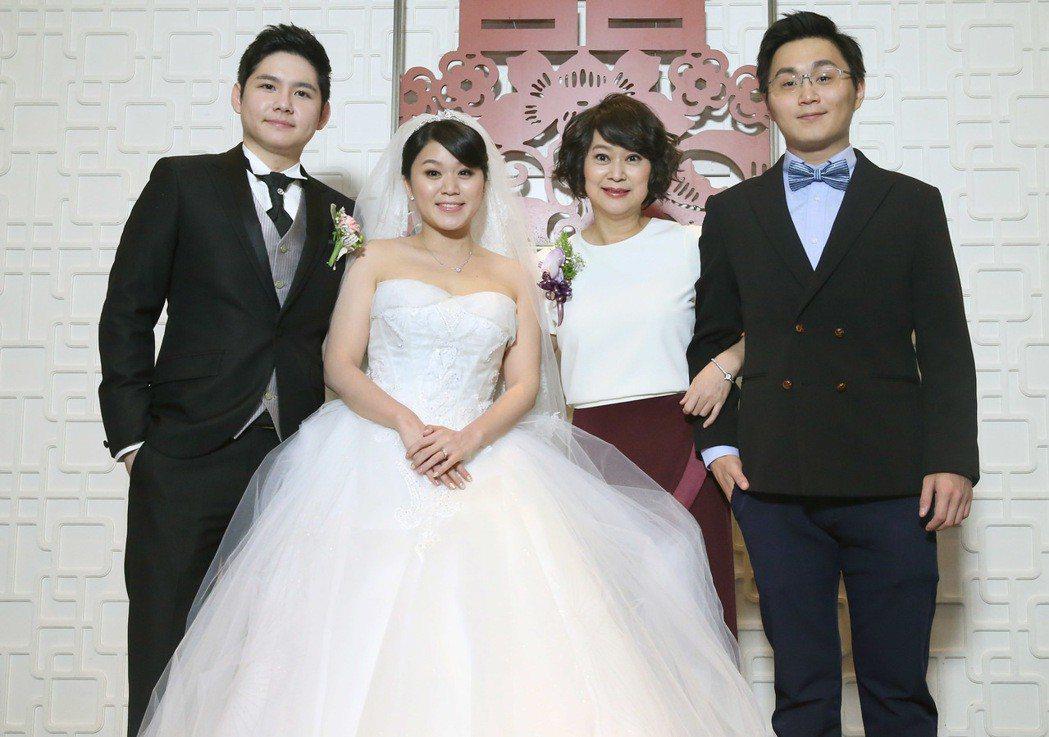 王月(右二)女兒「妹子」李慧凭(左二)出嫁,在台北國賓飯店舉辦婚宴,李慧凭與男友...