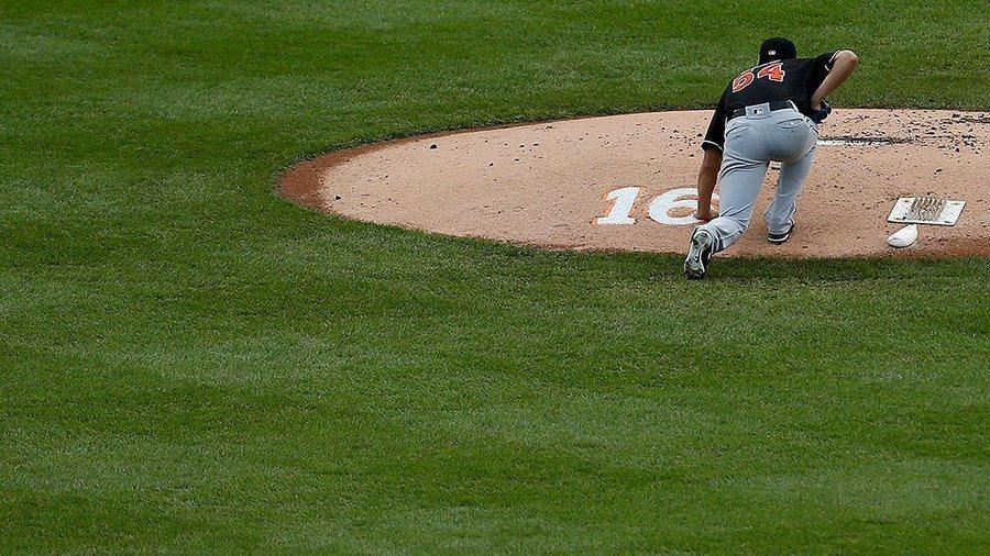 陳偉殷在投球前,觸摸投手丘後方的「16」字樣。這是25日過世的「馬林魚」投手何西...