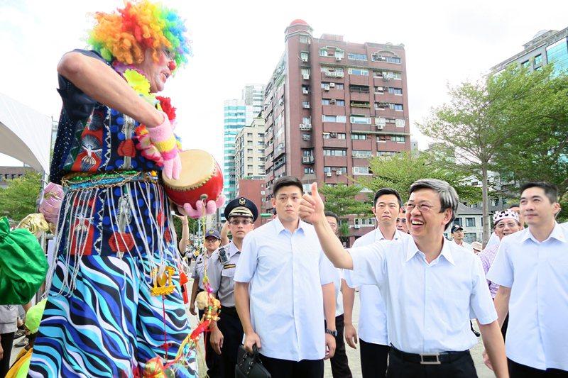 衛福部2日舉辦「爺奶童話嘉年華遊行」,副總統陳建仁對高齡82歲還踩著高蹺走了一路...