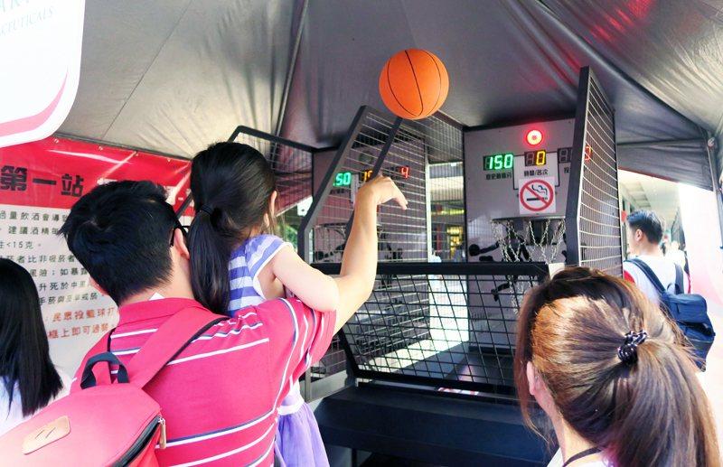 心臟日園遊會2日在信義區新光三越香堤廣場上登場,吸引老人和小孩前來運動、量血壓。...