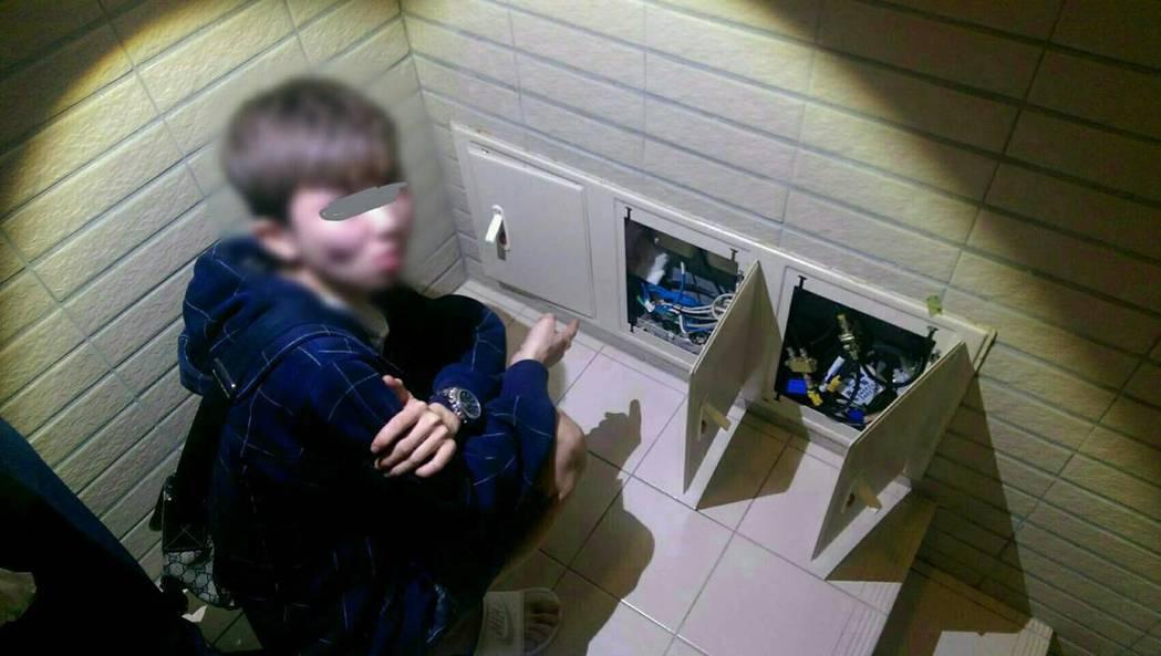 警方在樓梯間配電箱,發現藏匿的數包毒品。記者曾健祐/翻攝