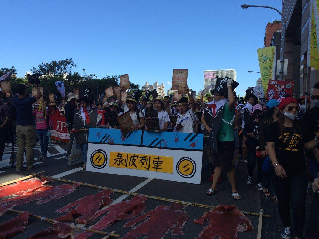 移工反剝皮大遊行今日走上街頭,現場約聚集一千多名移工,他們以越南語、泰語、柬浦寨...