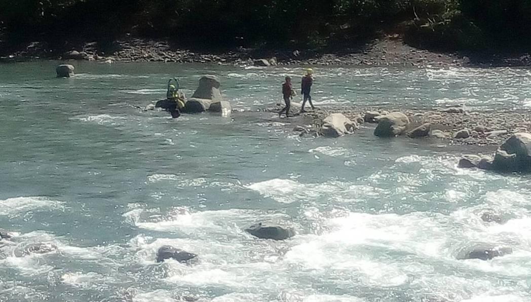 尖石鄉佳樂村50歲曾男頂著颱風天,手拿八卦網,在油羅溪峇里溫泉附近捕魚,遲至隔天...