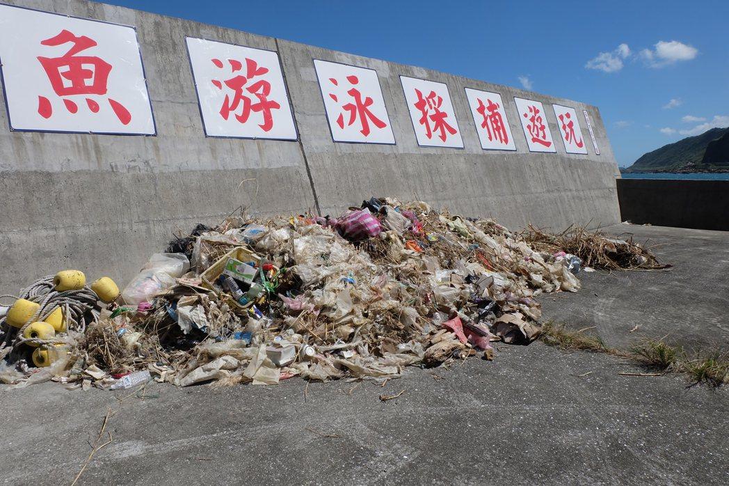 颱風天過後海面垃圾多,漁船捕魚也順手打撈滿滿垃圾。記者張芮瑜/攝影
