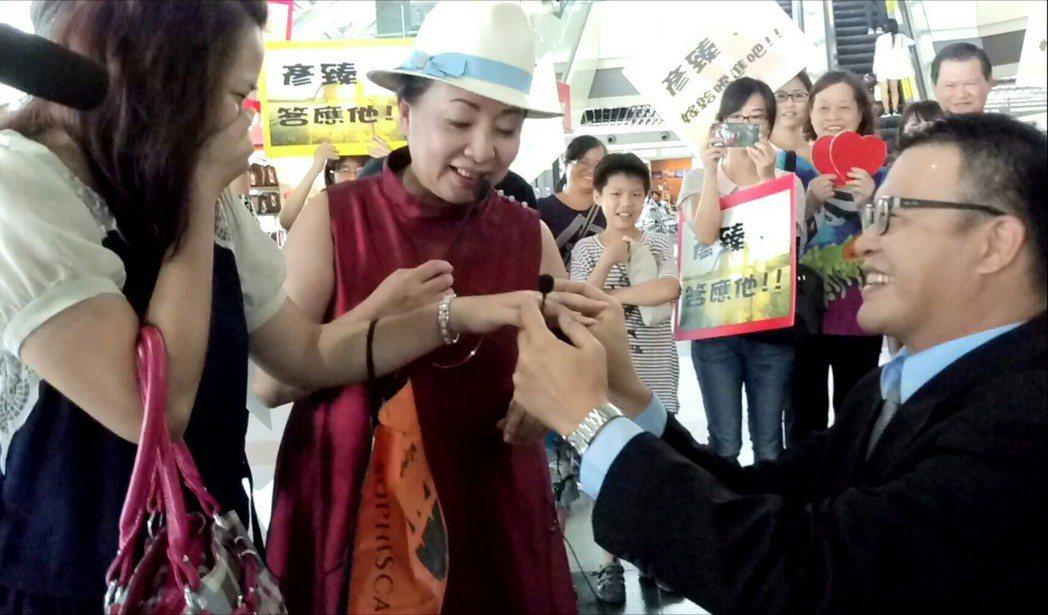 嘉義縣長張花冠(中)成為李彥臻(左)、邱騰進求婚儀式神秘嘉賓。記者卜敏正/攝影。