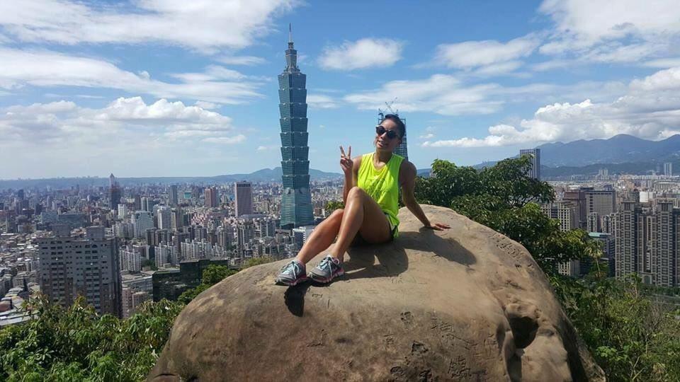 史可婷 (Kristin)表示鼓起勇氣爬到象山的大石頭上拍照留念,熱愛在台灣的生...