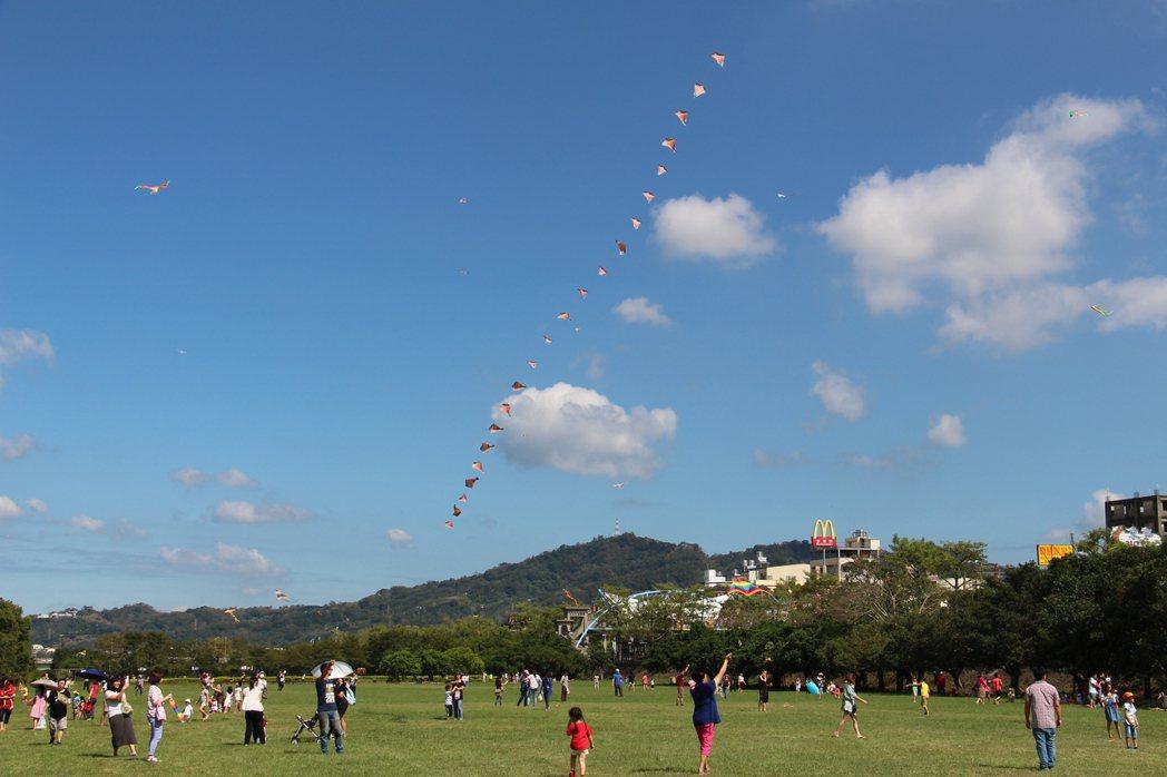 許多家長帶著小孩購買農產後,便拿著兌換的風箏到旁邊施放,讓現場充滿著假日市集的氛...