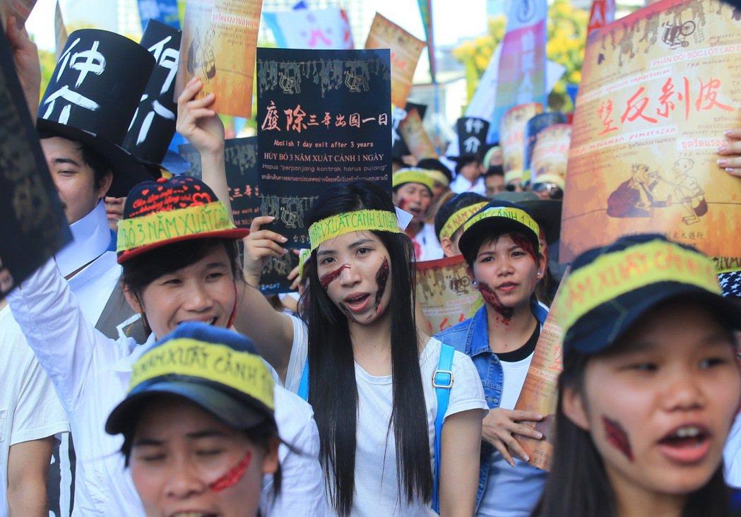 「廢除三年出國一日 反剝皮大遊行」下午在民進黨中央黨部前集合,訴求廢除三年出國一...