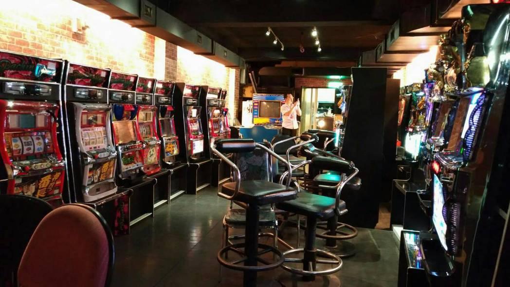 警消費力破門,發現別有洞天的豪華賭場。圖/記者廖炳棋翻攝