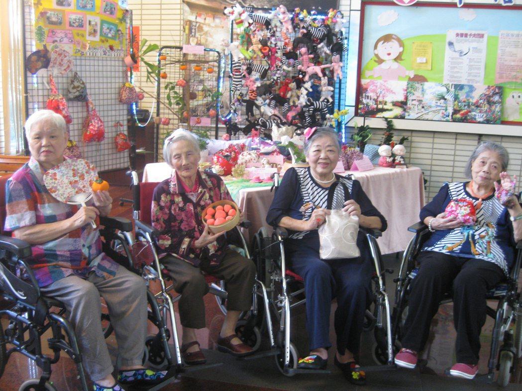 彰化老人養護中心四名「魔法阿嬤」展手藝,製作精巧布包和吊飾。記者簡慧珍/攝影