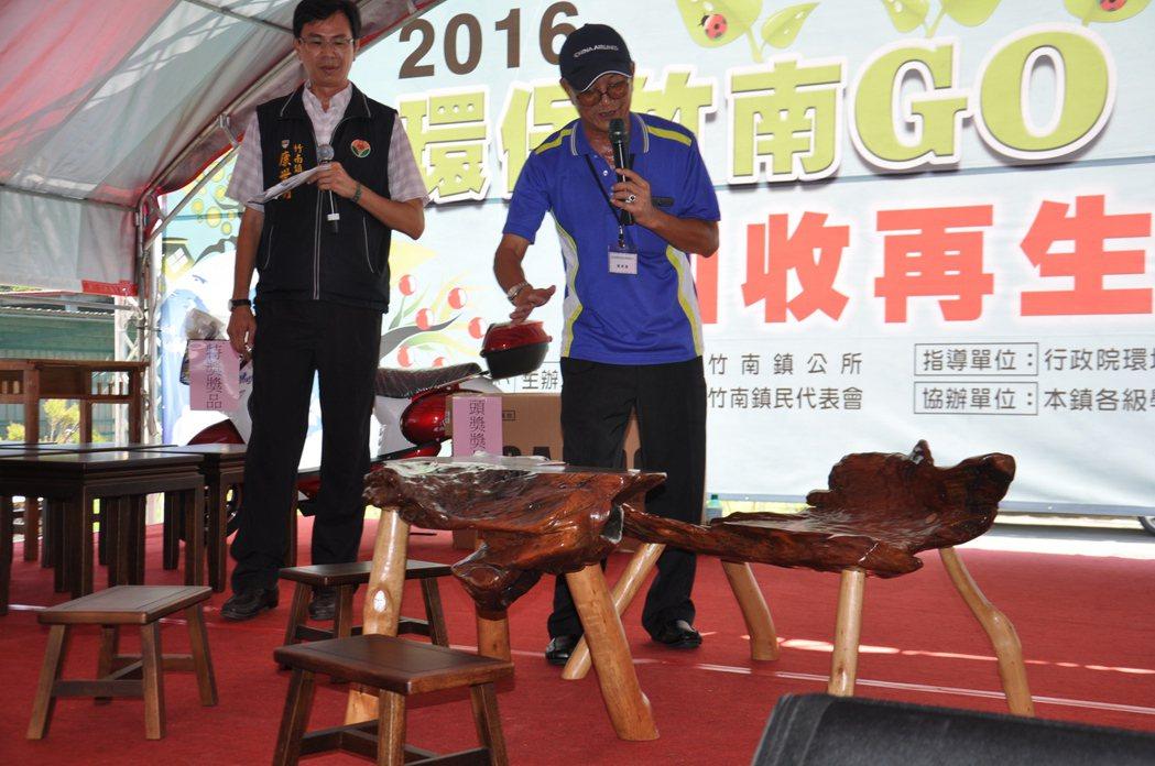 竹南鎮年度盛事「再生家具拍賣」活動今天登場,競標現場氣氛熱烈。記者張裕珍/攝影